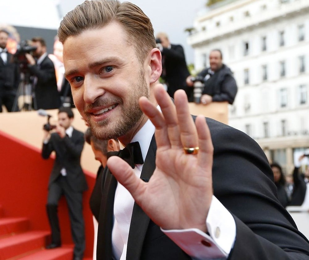 Justin Timberlake is wearing a simple yellow-gold domed band with a hammer finish.