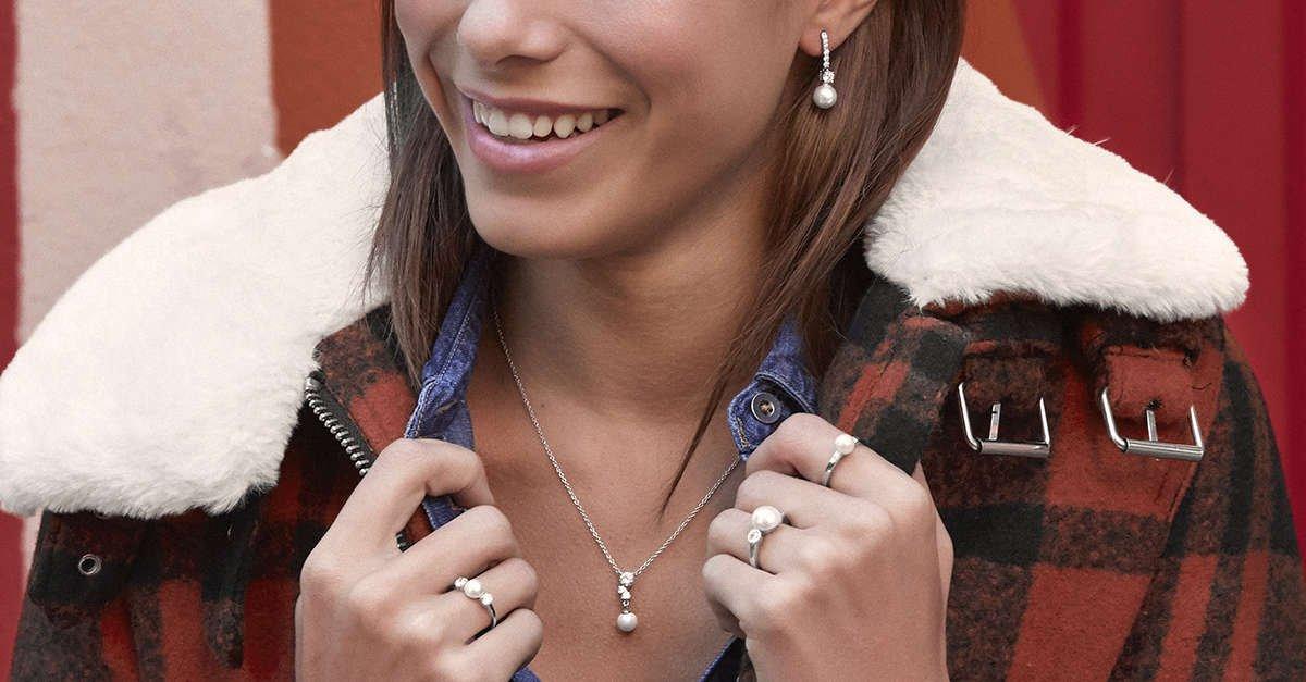 Colección de anillos, pendientes y collares con perlas
