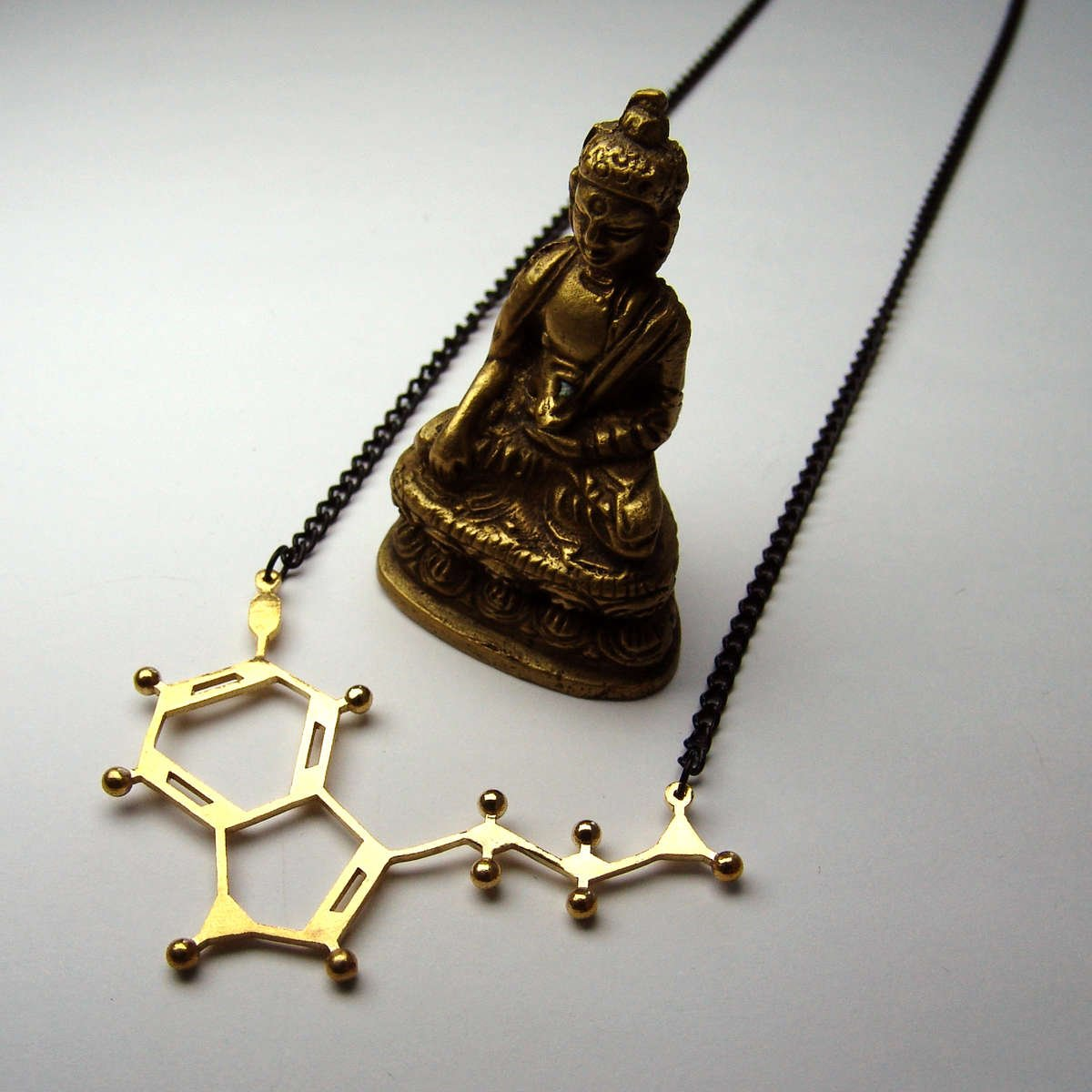 Serotonin pendant with a music score