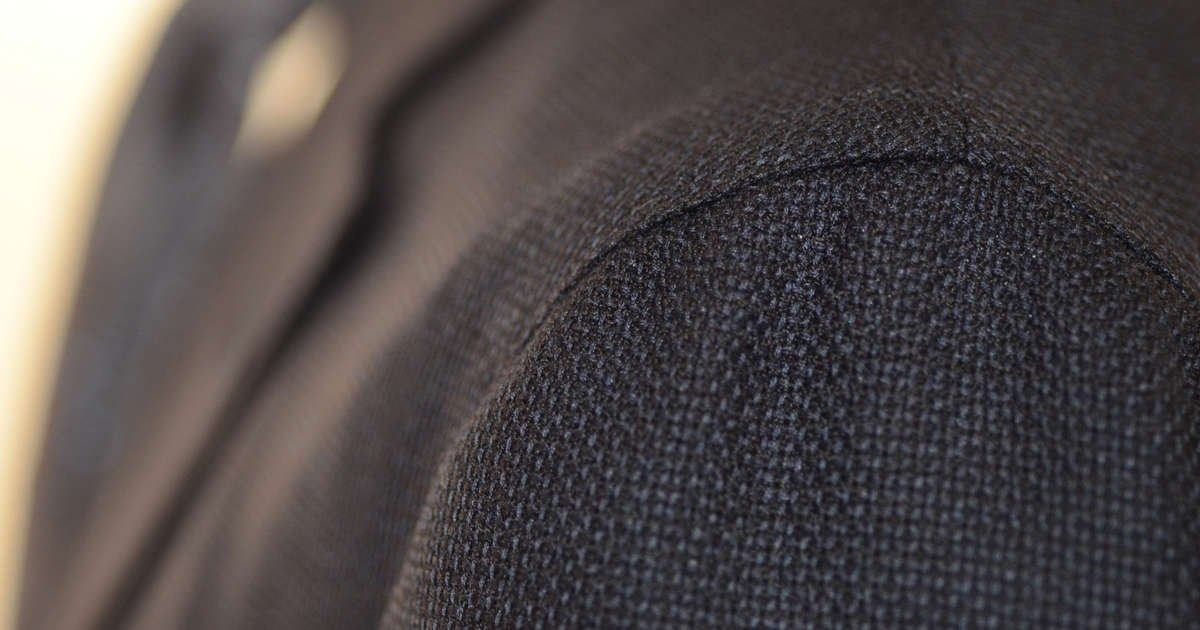 Sartoria Sciarra bespoke jacket with spalla camicia shirt shoulder close up view made from a navy Cerruti wool and cashmere hopsack jacketing fabric, luxury Italian bespoke tailoring, Neapolitan bespoke tailoring.