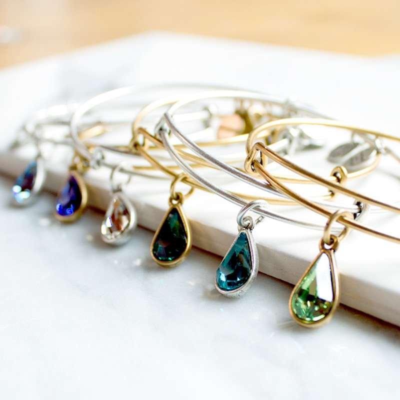 Colección de pulseras con piedras de colores que representan los meses del año