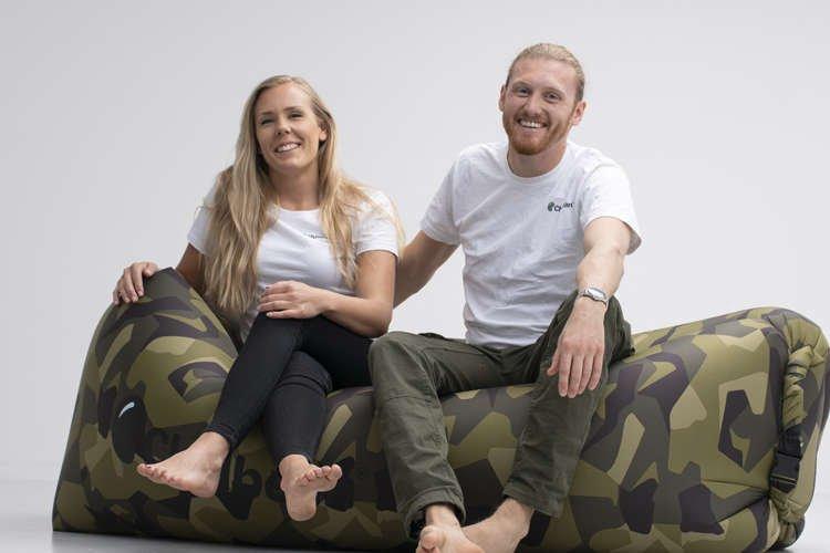 Grundare av Chillbean sitter på Chillbean Air uppblåsbar soffa M90 camo