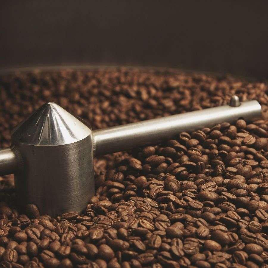 Der Bohnenkaffee wird ständig frisch geöstet.