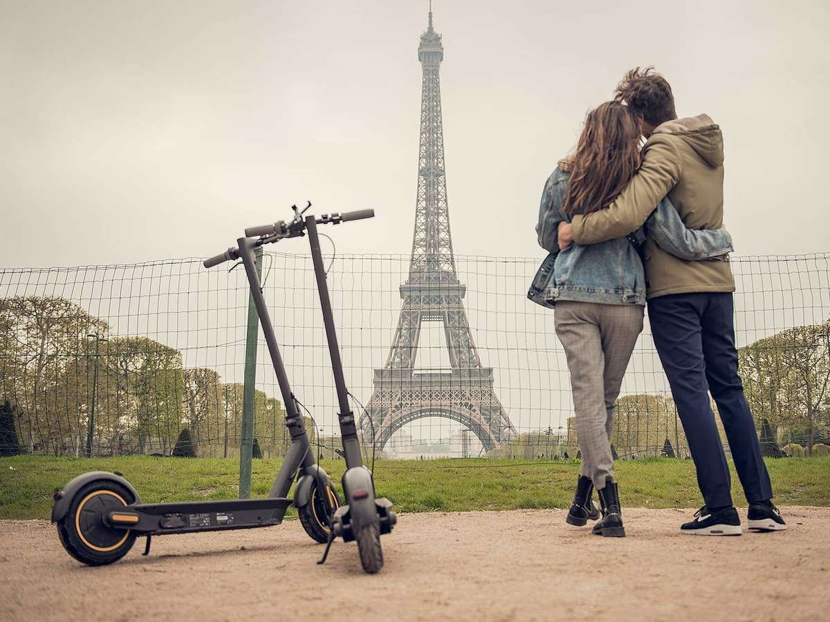 Segway ninebot max electric scooter paris date couple